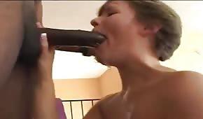 Wielki czarny dydol po którym ma mega orgazm