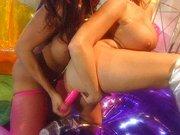 Lesbijki w kolorowym pokoju