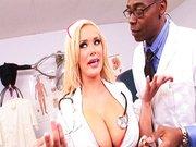 Lekarz murzyn i cycata blond pielęgniarka