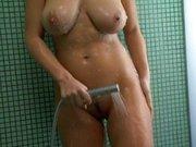 Brunetka bierze kąpiel