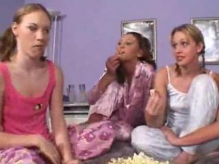Grupowe jebanie czterech młodych lesbijek