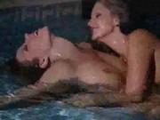 Dwie nastoletnie lesbijki nad wodą