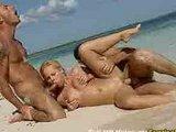 Porno trójkąt z blondyną na niebiańskiej plaży