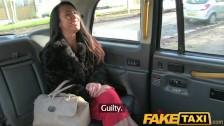 Brunetka z taxi chce dobrego, ostrego rżnięcia
