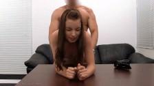 Urocza licealistka próbuje Anala na castingu