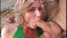 Niebieskooka lalunia bierze do ust potężnego drąga