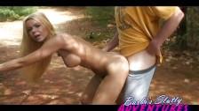 Barbi zapięta w parku