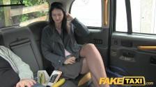 Udawała niedostępną w taxi…