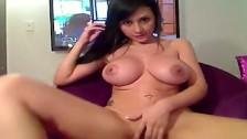 Młoda Angelika pokazuje ciało