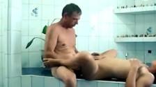Dymanie azjatki w łazience