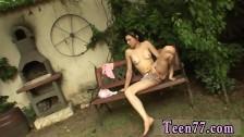 Młoda latynsoka zabawia się na ławce