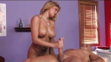 Sexy blondynka  robi masaż moszny i kutasa