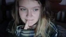 Młoda pokazuje cycuszki przed kamerą