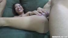 Azajtyck brunetka rozkłada nogi