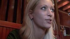 Kelnerka pieprzy się z klientem za napiwek