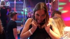 Napalone lesbijki bawią się w klubie