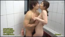 Matka i dziecko pod prysznicem