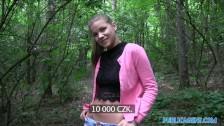 Czeszka oddaje się w lesie za kasę