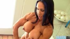 Denise Masino napina swoje mięśnie