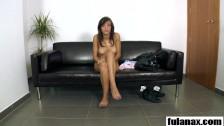 Namawia ją na bzykanko na kanapie