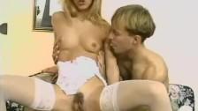 Blondi w pończoszkach lubi tójkąciki
