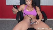 Denise Masino penetruje swoją owłosioną cipkę
