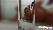 Posuwa blondyneczkę w łązience
