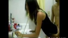 Wyruchał ją od tyłu w łazience