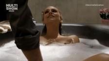 Daje jej z palca w wannie