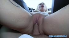 Posuwa fajną blondyneczkę w samochodzie