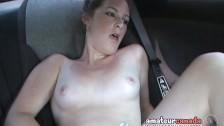 Laseczka daje sobie z palca w samochodzie