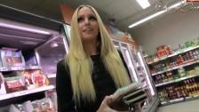 Blondyneczka robi mu loda w sklepie